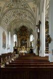 Inre av en stor kyrka eller domkyrka arkivfoto