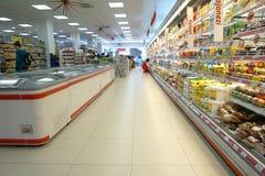 Inre av en supermarket Arkivfoto