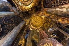 Inre av en träbuddistisk tempel Royaltyfri Bild