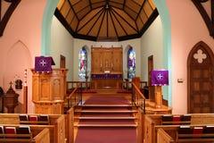 Inre av en traditionell kristen kyrka under fastlagen arkivbild
