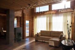 Inre av en vardagsrum för landshus Arkivfoton