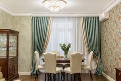 Inre av en vardagsrum med en tabell och sex stolar Royaltyfri Foto
