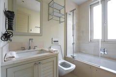 Inre av ett badrum i en privat lägenhet royaltyfria bilder
