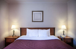 Inre av ett bekvämt hotellrum Arkivfoton