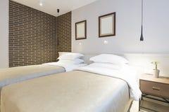 Inre av ett dubbelt hotellsovrum i morgonen Royaltyfri Foto