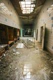 Inre av ett gammalt övergett sjukhus royaltyfria bilder