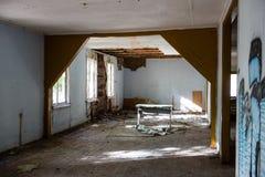 Inre av ett gammalt övergett sovjetiskt sjukhus Royaltyfria Foton