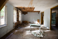 Inre av ett gammalt övergett sovjetiskt sjukhus Royaltyfri Fotografi