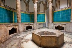Inre av ett gammalt hamambad med kolonner och en belagd med tegel simbassäng i den persiska stilen Royaltyfri Bild