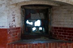 Inre av ett gammalt hus och ett sjaskigt fönster royaltyfri fotografi