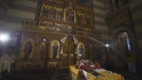 Inre av ett gammalt kyrkligt altare arkivfilmer