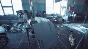 Inre av ett garage för auto reparation med blått tonar stock video