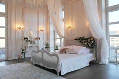 Inre av ett härligt sovrumfölje i ljus vit Royaltyfri Foto