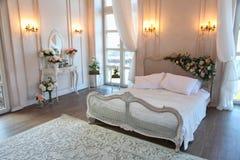 Inre av ett härligt sovrumfölje i ljus vit Royaltyfri Bild