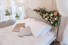 Inre av ett härligt sovrumfölje i ljus vit Royaltyfria Bilder