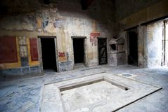 Inre av ett hus på Pompeii arkivfoto