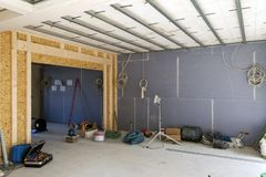 Inre av ett hus under konstruktion Renovering av en apartme royaltyfria foton