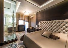 Inre av ett ledar- sovrum med det lyxiga badrummet royaltyfri foto