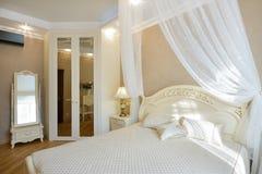 Inre av ett lyxigt sovrum Arkivfoto