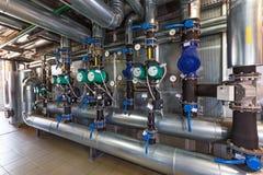 Inre av ett modernt gaskokkärlhus med pumpar, ventiler, a Arkivfoton