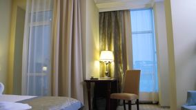 Inre av ett modernt hotellsovrum plats Inre av ett rum i hotellet stock video