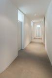 Inre av ett modernt hus, korridor arkivfoto