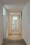 Inre av ett modernt hus, korridor royaltyfri bild