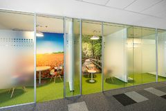 Inre av ett modernt kontor royaltyfri foto