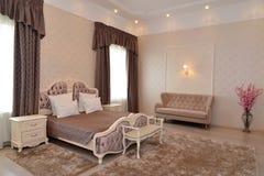 Inre av ett sovrum av ett dubbelt hotellrum Arkivbilder