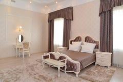 Inre av ett sovrum av ett dubbelt hotellrum Arkivfoton