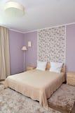 Inre av ett sovrum av ett dubbelt hotellrum i ljusa signaler Royaltyfria Foton