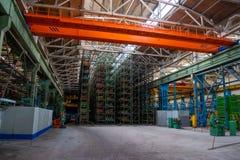 Inre av ett stort lager av tungt järnprodukter och metallgods med palettlagringshyllor på en produktionsmedjaväxt royaltyfri foto