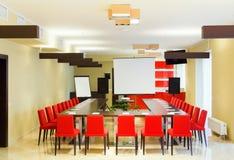 Inre av ett stort rum för konferenser och samtal royaltyfri bild
