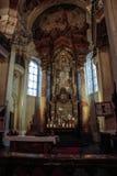 Inre av färgarens ogräs med ett altare, symboler och kolonner royaltyfri bild