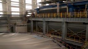 Inre av fabriken eller växten Utrustning, kablar och leda i rör som funnit inom av en industriell kraftverk Fabriksseminarium stock video