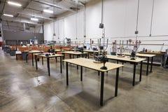 Inre av fabriken med tomma arbetsbänkar arkivfoton