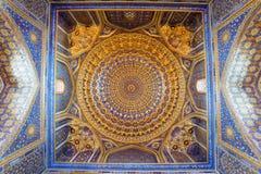 Inre av forntida Tillya Kary Madrassah i Samarkand Royaltyfri Bild