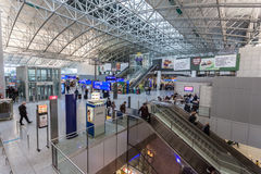 Inre av Frankfurt den internationella flygplatsen Arkivfoto