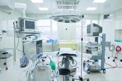 Inre av fungeringsrum i modern klinik Sjukhusdetaljer - modernt kirurgirum med teknologi och lampor royaltyfria bilder