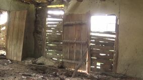 Inre av gamla och övergav kojor, dörrar och fönster lager videofilmer