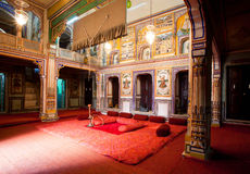 Inre av gammalt herrgårdrum tillhör den rika indiska familjen Royaltyfria Foton