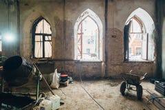 Inre av gammalt herrgårdrum under rekonstruktion royaltyfri fotografi