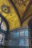 Inre av Hagia Sophia som bekl?s med polychrome marmor som ?r gr?n och som ?r vit med purpurf?rgad porfyr och guld- mosaiker royaltyfria bilder