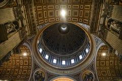 Inre av helgonet Peter Basilica San Pietro arkivfoto