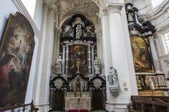 Inre av helgonet Walburga Church, Bruges, Belgique, Arkivfoto