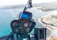 Inre av helikoptern under flyg Cockpit och instrument arkivfoto