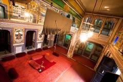 Inre av herrgårdrum tillhör den rika indiska familjen Royaltyfri Bild