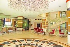 Inre av hotellet med ett vardagsrumområde Arkivfoto