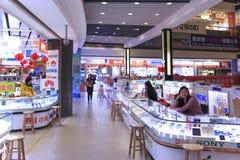 Inre av HQ-marknaden en av den största gallerian som säljer elektroniska apparater i Shenzhen Fotografering för Bildbyråer