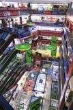Inre av HQ-marknaden en av den största gallerian som säljer elektroniska apparater i Shenzhen Arkivfoto